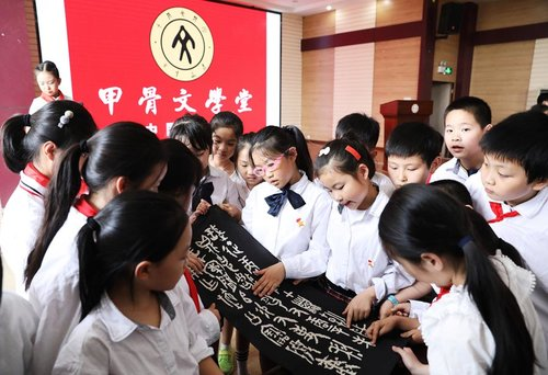 Chongqing School Teaches Ancient Oracle-bone In.ions