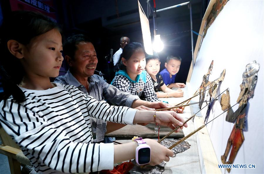 Folk Artists from Liaoning Stage Shadow Puppet Performances for Qingdao Residents