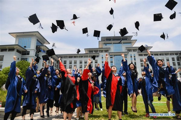 Graduating Students Pose for Photos at Nanjing Agricultural University