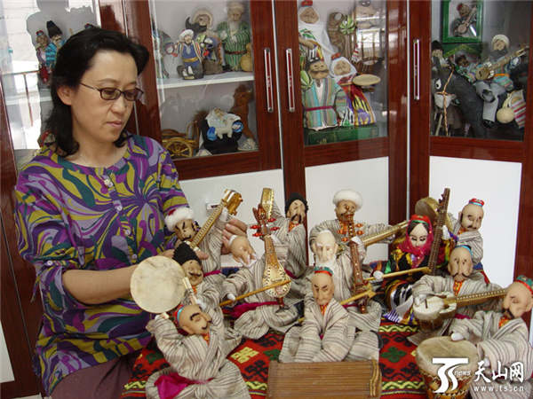 Xinjiang 'Barbie' Dolls Show Beauty of Local People
