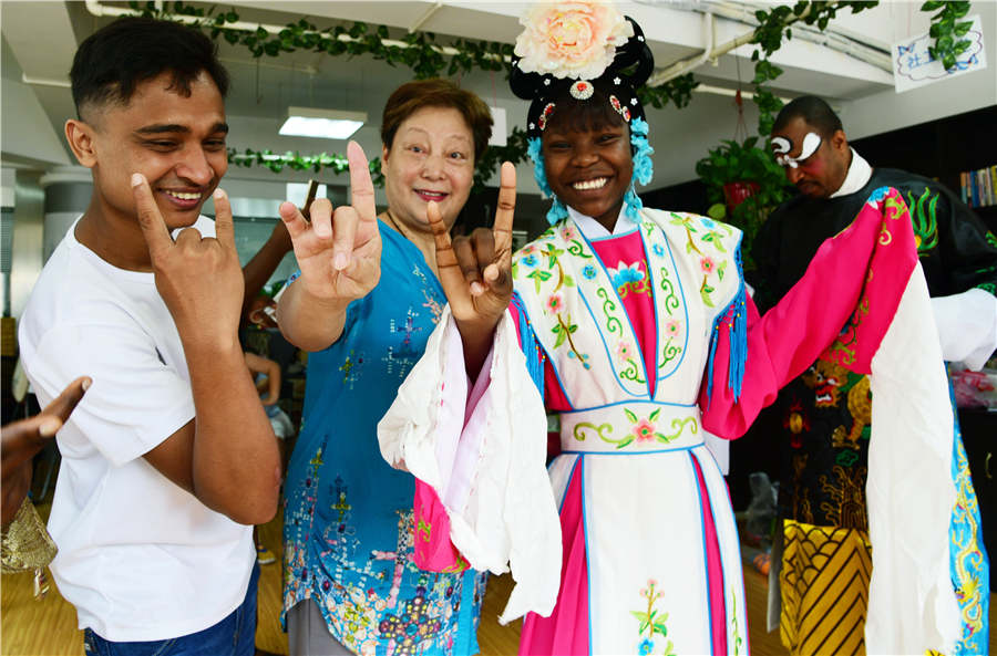 Foreign Students Experience Peking Opera in Jiangsu