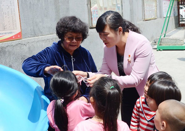 Retired Teacher Endeavors to Help Rural Students in C China