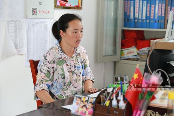 Female Teacher Spares No Effort to Help Children in the Mountains