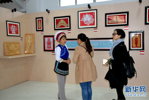 Folk Craft Expert Enjoys Happy Life through Paper-cutting, Embroidery