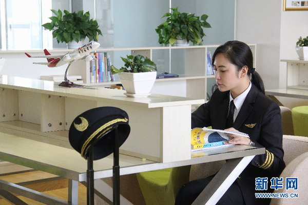 Female Pilot Wins Fame as Poster Girl of Kunming Airlines