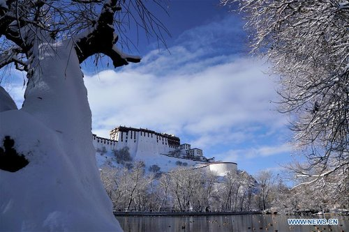 Lhasa of SW China's Tibet Witnesses 1st Snow
