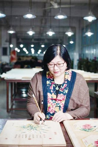 Successful Businesswoman Promotes Chinese Wood Painting on Global Stage