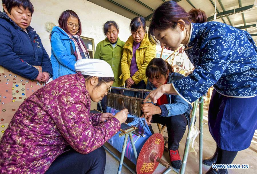 Traditional Cloth Weaving Technique Helps Locals Increase Income in China's Hebei