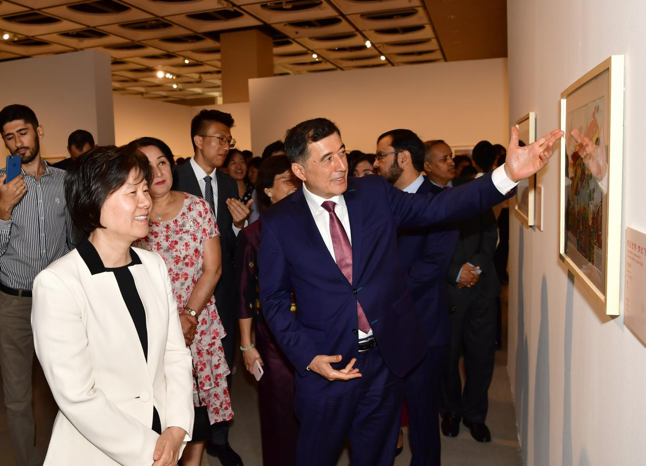 Shen Yueyue Attends SCO Children's Art Exhibition