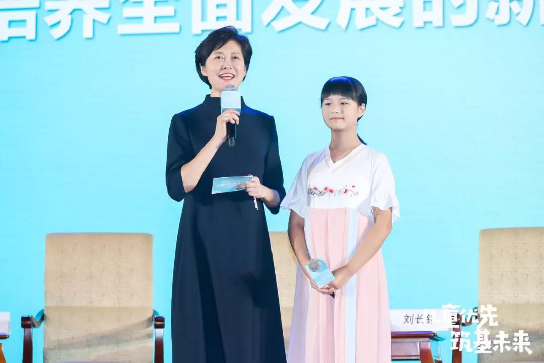 Huang Xiaowei Stresses Children First at China Forum on Child Development
