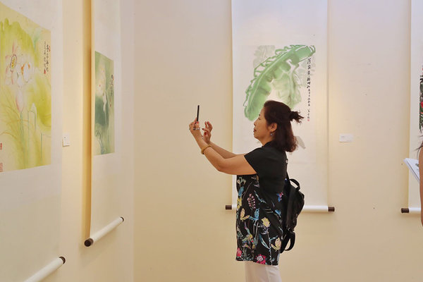 Woman Painter's Exhibition Celebrates Beauty of Forms