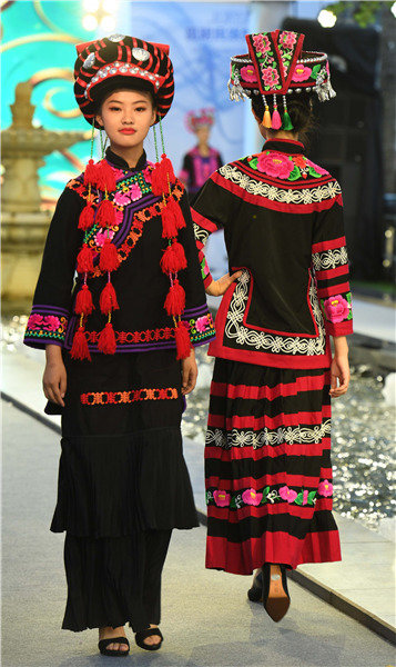 Yunnan Folk Costumes Make the Runway