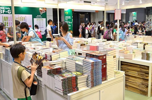 Hong Kong Book Fair Attracts Parents Hoping to Cultivate Children's Reading Habit