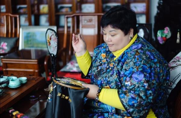 Craftswoman Commercializes Manchu Embroidery to Help Impoverished Rural Women