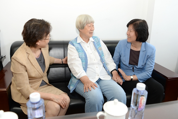 ACWF Leaders Visit Outstanding Women of Older Generation