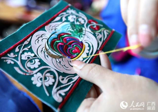 Dong Embroidery Inheritor Helps Impoverished Women Escape Poverty