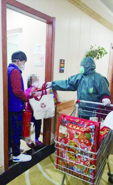Women's Federation in Wuhan, C China, Brings Gifts to Quarantined Children