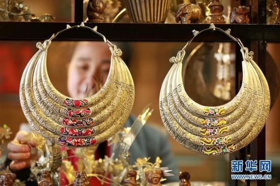 SW China Folk Artists Boost Incomes via Handicraft Business