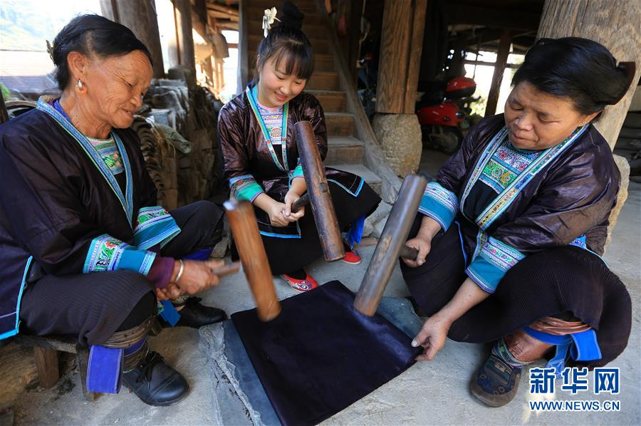 Miao Ethnic Villagers Inject New Vitality to Bright Cloth Making Craft in S China